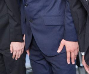 男性の場合、ズボンの折り目に沿って指を伸ばす