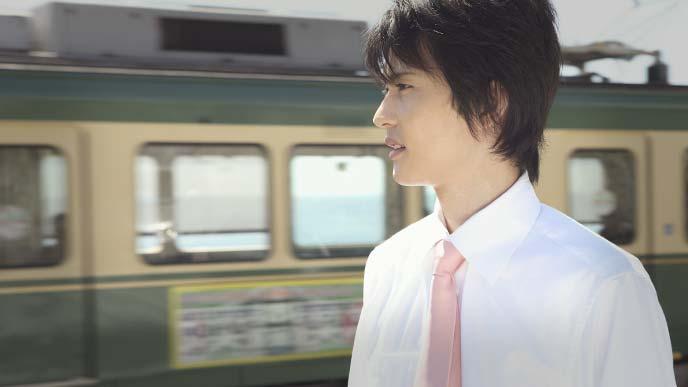 江ノ電で地域を回る青年