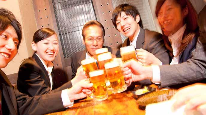 ビールで乾杯する飲み会参加者