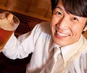 笑顔でビールを飲む男性