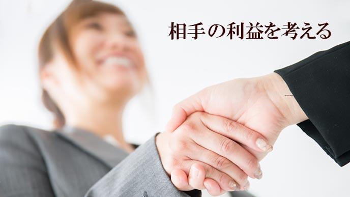 握手する営業マンと顧客