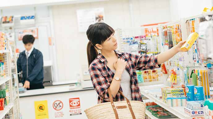 コンピニで買い物する女性