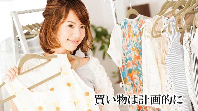 店で服を選ぶ女性