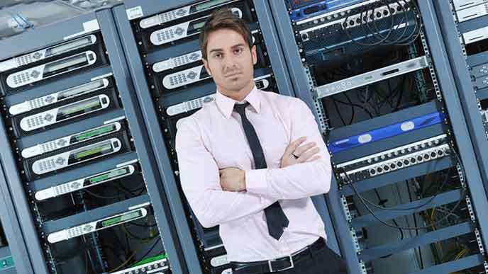 PCのストレージの前に立つ社員
