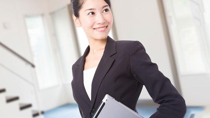 スーツを着こなして微笑む女性役職