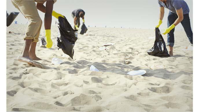 海岸のゴミを拾うボランティアスタッフ