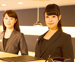 ホテルのフロントに立つ女性2人