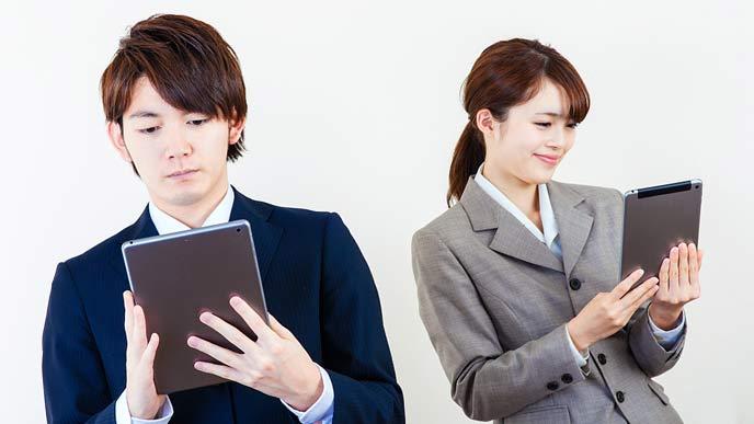 タブレットで翻訳する会社員