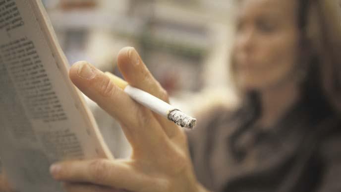 煙草を吸う女性のイメージ