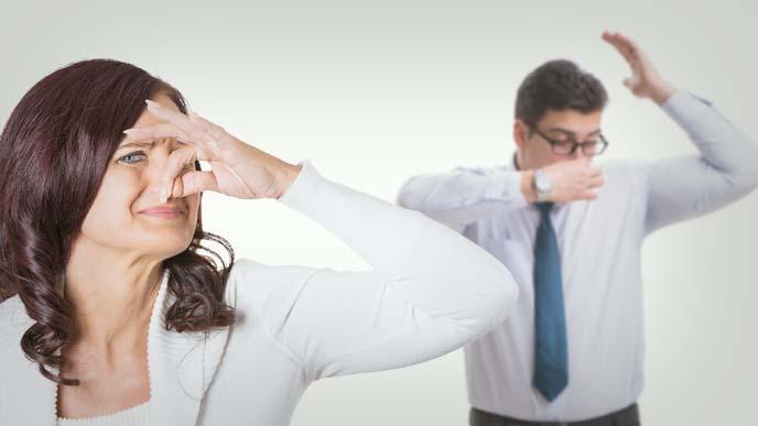 男性社員の体臭に鼻をつまむ女子社員