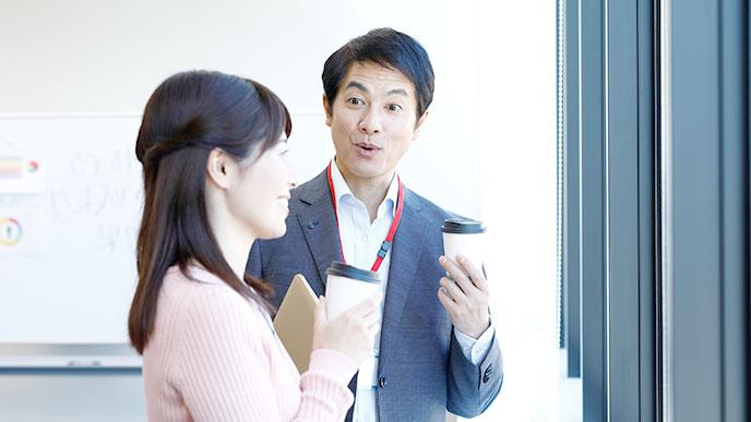 職場で楽しくコミュニケーションを取る男女