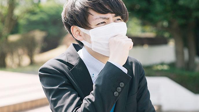 マスクをした男性社員