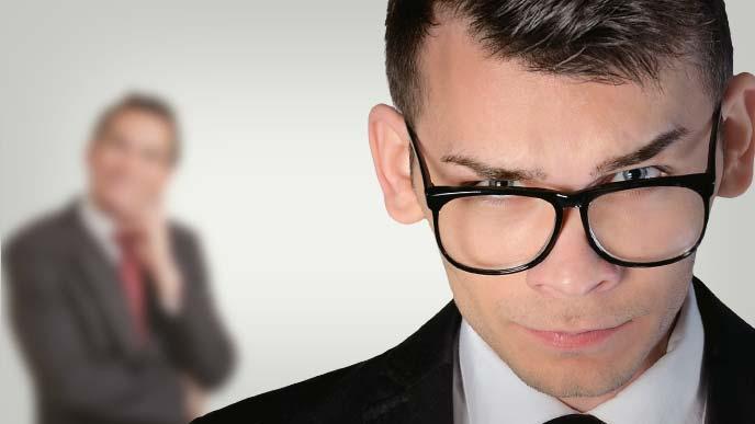 退職を奨められ困惑しつつ必死に対策を考える男性