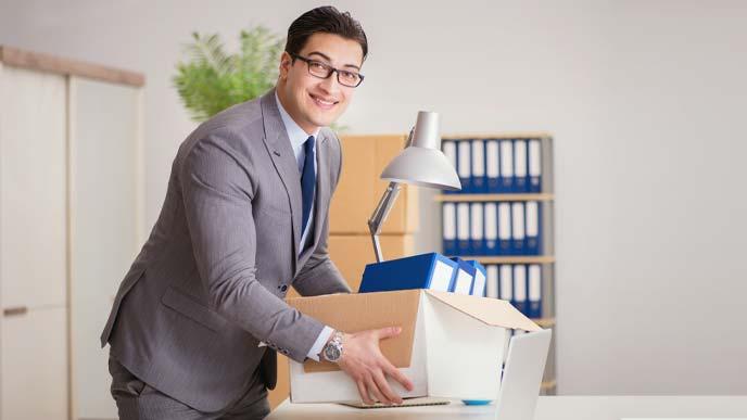 さわやかな笑顔で身の回りを整理する男性