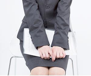 面接で椅子に座る女性