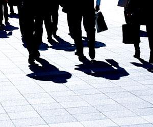 歩く人の影