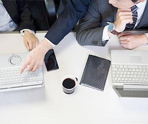 パソコンを操作する社員3人