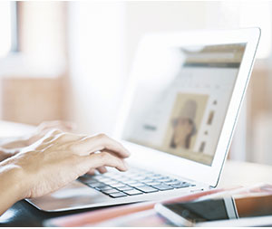 ノートパソコンを操作する人の手