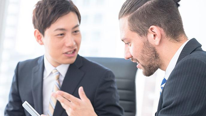 外国人男性と喋る日本人男性