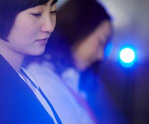 青い光と女の人
