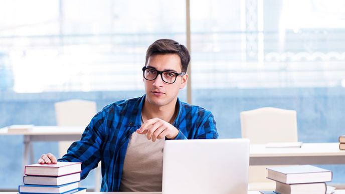 勉強する男の人