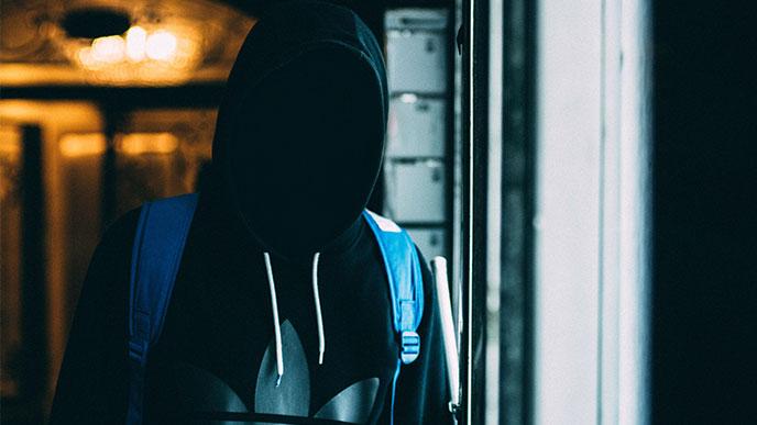 顔が見えない廊下を通る男の人