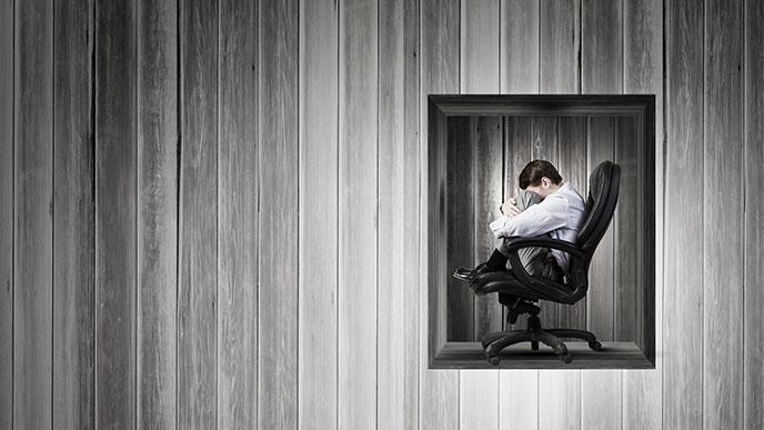 椅子に座る男性社員