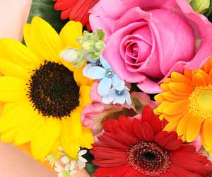 黄色とオレンジと赤の花束