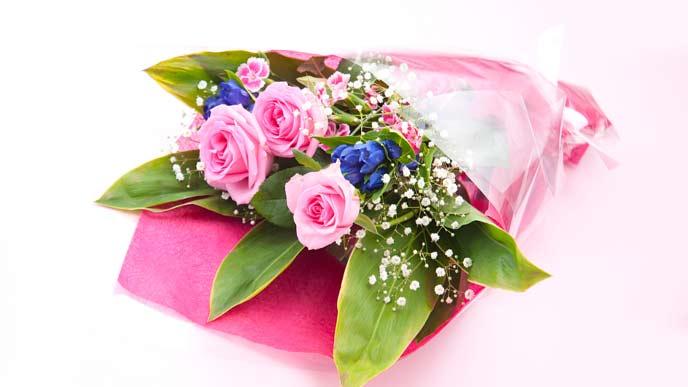 ピンク色の花が映える花束