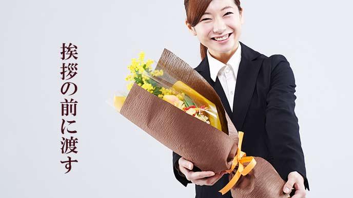 花束を渡す女性社員