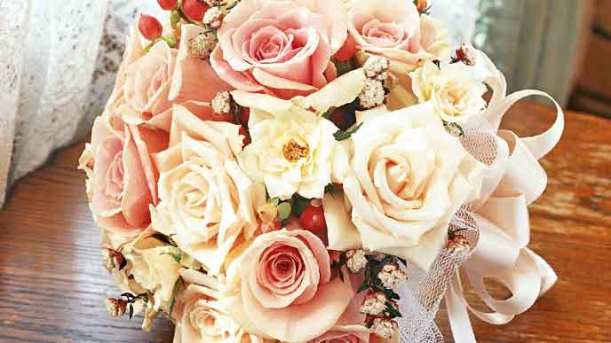 ピンクと白いバラの花束