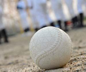 グランドの上の野球ボール