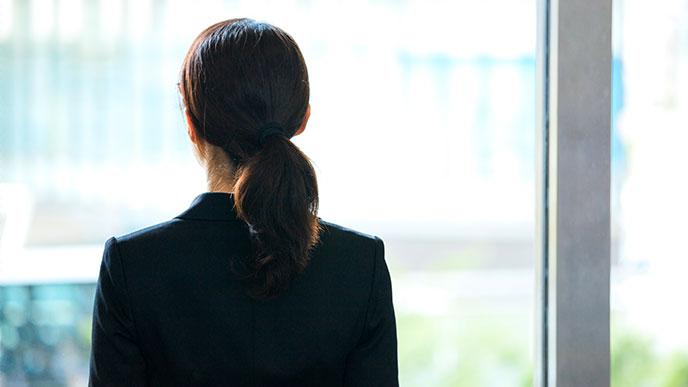 外の景色を見る女性社員