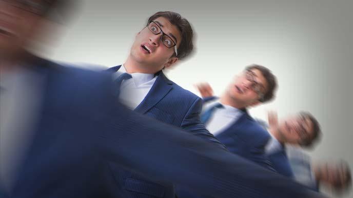 上司からの冷たい視線を受ける男性の回避機動