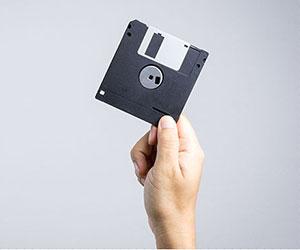 フロッピーディスクを持つ人の手