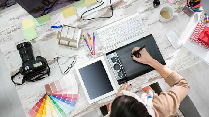 デザインの仕事をするフリーランスの女性