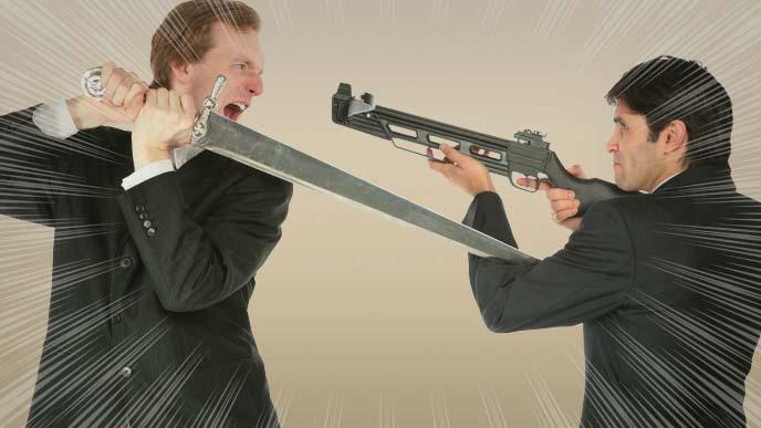 武器を持って威嚇し合うスーツ姿の男性2人