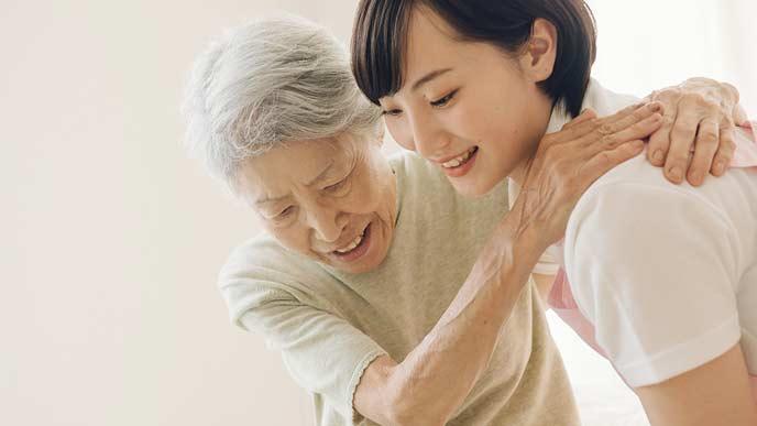 老人を介護するスタッフ