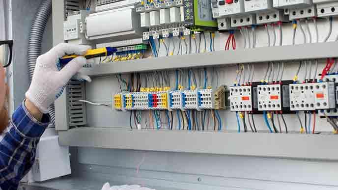 電源スイッチを点検する作業員