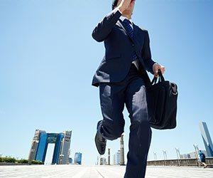 スーツで走る男性