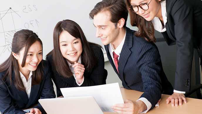 打ち合わせをする外国人と日本人職員