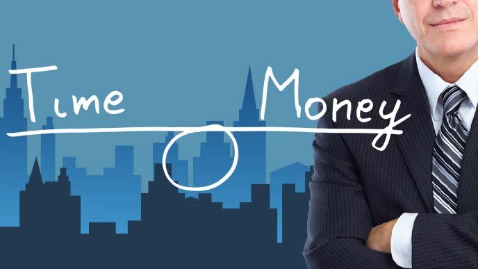 腕を組む男性とTIME&MONEYのバランススケール