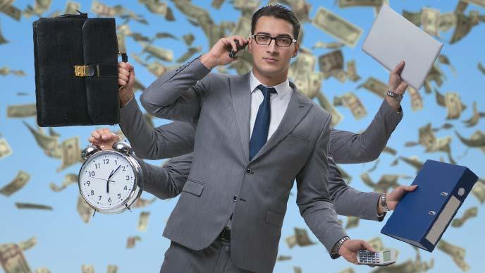 効率良く仕事をこなす男性のイメージ