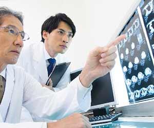 レントゲン写真で診断する医師