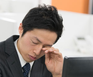 職場で眠い男性社員