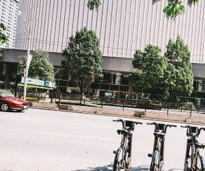 会社のビルの前に止めた自転車