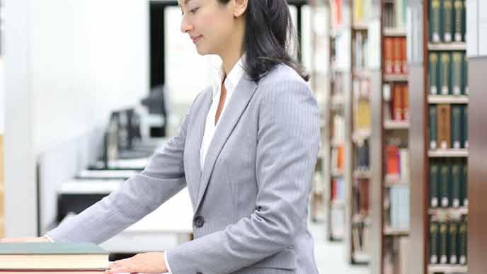 本の管理をする図書館スタッフ