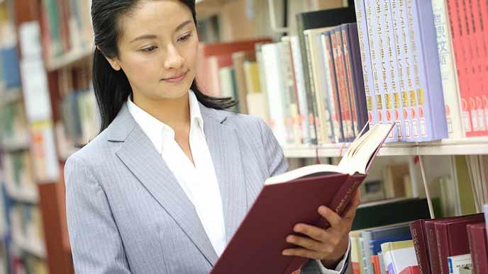 本を閲覧する女性司書