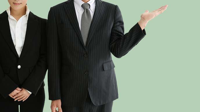 身振りで案内をする男性と女性のイメージ