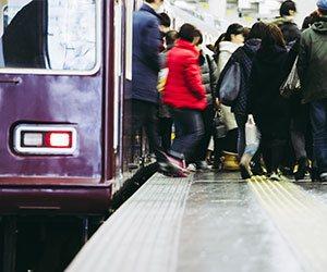 電車から降りる人たち